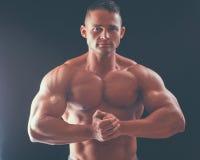 Gesunder muskulöser junger Mann Getrennt auf schwarzem Hintergrund Lizenzfreie Stockbilder