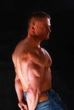 Gesunder muskulöser junger Mann Getrennt auf schwarzem Hintergrund Lizenzfreies Stockbild