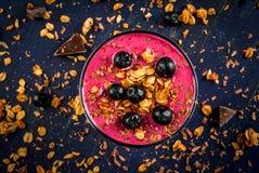 Gesunder Nachtisch des Joghurts, Smoothies, Granola, Schokolade lizenzfreie stockbilder