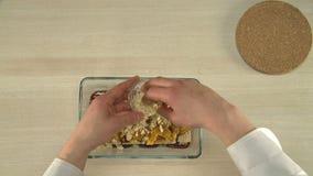 Gesunder Nachtisch mit Pflaumen und getrockneten Aprikosen stock video
