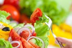 Gesunder Nahrungsmittelfrischgemüsesalat und -gabel Lizenzfreie Stockfotos
