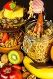 Gesunder Nahrungsmittelhintergrund mit selbst gemachtem Hafermehlgranola oder muesli mit Frucht Muesli mit Muttern Muesli auf ein stockfotos