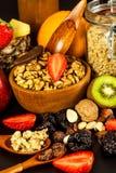 Gesunder Nahrungsmittelhintergrund mit selbst gemachtem Hafermehlgranola oder muesli mit Frucht Muesli mit Muttern Muesli auf ein lizenzfreies stockbild