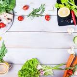Gesunder Nahrungsmittelhintergrund Unterschiedliches Gemüse auf weißem Holztisch Picknickkonzept , Raum für Text Selektiver Fokus Lizenzfreies Stockbild