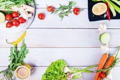 Gesunder Nahrungsmittelhintergrund Unterschiedliches Gemüse auf weißem Holztisch Picknickkonzept , Raum für Text Selektiver Fokus Stockfotografie