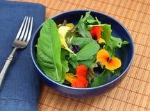 Gesunder organischer grüner Salat mit essbaren Blumen Stockbilder