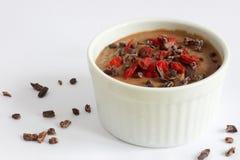 Gesunder Pudding gemacht vom Blumenkohl, mit Kakaospitzen und goji Beeren Lizenzfreies Stockfoto