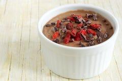 Gesunder Pudding gemacht vom Blumenkohl, mit Kakaospitzen und goji Beeren Lizenzfreies Stockbild