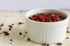 Gesunder Pudding gemacht vom Blumenkohl, mit Kakaospitzen und goji Beeren Stockfotos