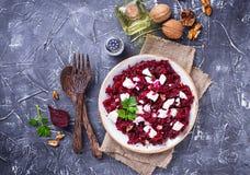 Gesunder Rote-Bete-Wurzeln Salat mit Feta und Walnüssen Stockbild