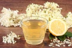 Gesunder Saft, Holunderbeerblumen und Zitrone an Bord, alternatives Therapiekonzept Stockbild