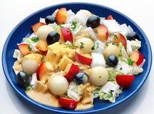 Gesunder Salat auf blauer Platte Stockfoto
