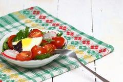 Gesunder Salat auf einer Platte Lizenzfreies Stockfoto