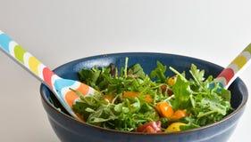 Gesunder Salat des strengen Vegetariers, der in einer Schüssel gemischt wird Lizenzfreie Stockbilder