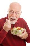 Gesunder Salat für Sitz-Senior stockfotografie