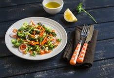 Gesunder Salat mit Brokkoli und Karotten in einer weißen Schüssel Stockfoto