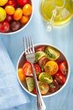 Gesunder Salat mit bunten Tomaten Stockbild