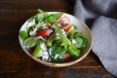 Gesunder Salat mit Jogurt lizenzfreie stockfotografie