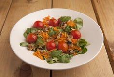 Gesunder Salat mit Kirschtomaten, Kanonen und zerriebener Karotte stockbild