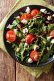 Gesunder Salat mit Rote-Bete-Wurzeln, Arugula, Tomaten, Roquefortkäse Lizenzfreie Stockfotografie