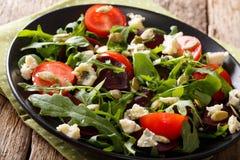 Gesunder Salat mit Rote-Bete-Wurzeln, Arugula, Tomaten, Roquefortkäse Stockfotos