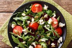Gesunder Salat mit Rote-Bete-Wurzeln, Arugula, Tomaten, Roquefortkäse Stockfotografie