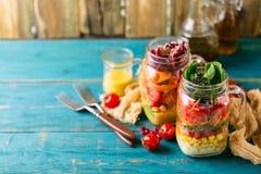 Gesunder selbst gemachter Glas-Salat stockbilder