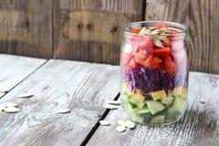 Gesunder selbst gemachter Weckglassalat mit Gurke, Käse, Tomate, Lizenzfreie Stockbilder