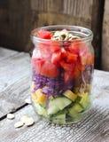 Gesunder selbst gemachter Weckglassalat mit Gurke, Käse, Tomate, Stockbild