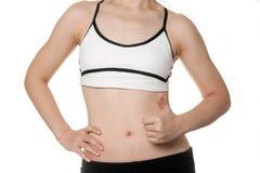 Gesunder Sitzfrauenkörper in der Sportkleidung Stockbild