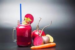 Gesunder Smoothie der roten Rübe in den Gläsern auf dunklem Hintergrund lizenzfreie stockfotografie