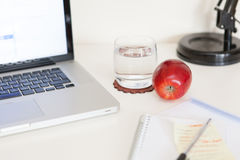 Gesunder Snack auf einem Schreibtisch Stockfotos