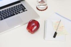 Gesunder Snack auf einem Schreibtisch Stockbilder