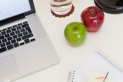 Gesunder Snack auf einem Schreibtisch Lizenzfreies Stockfoto