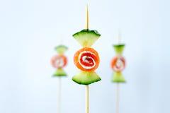 Gesunder Snack des Gurkengeräucherten lachses in der kreativen Süßigkeitsform Lizenzfreies Stockbild