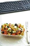 Gesunder Snack im Büro - Platte des frischen Salats Stockfotos