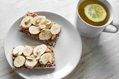 Gesunder Snack - vegetarisches Brotlaib mit Erdnussbutter Lizenzfreies Stockbild