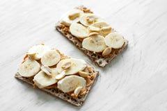 Gesunder Snack - vegetarisches Brotlaib mit Erdnussbutter Lizenzfreie Stockbilder