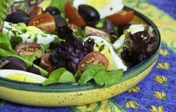 Gesunder Sommersalat, einfache Vorbereitung Stockbilder