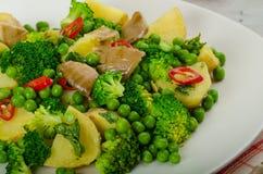 Gesunder sping Salat mit Supergrüns Stockfotografie