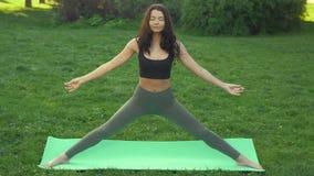 Gesunder Sportlebensstil Übendes Yoga der Frau draußen im Park stock video