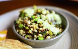 Gesunder Superfood-Salat durch Quinoa, Avacado, Bohnen u. Körner Stockfoto