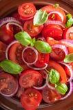 Gesunder Tomatensalat mit Olivenöl des Zwiebelbasilikums und balsamischem vin Stockbild