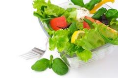Gesunder vegetarischer Salat über Weiß stockfoto