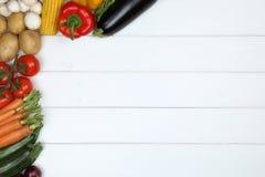 Gesunder Veggie, der Gemüse auf hölzernem Brett mit copyspace isst Lizenzfreies Stockfoto