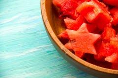 Gesunder Wassermelone Smoothie auf einem hölzernen Hintergrund und Scheiben Wassermelonenscheibeneis am stiel auf einem blauen ru stockfoto