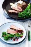 Gesundes Abendessen gegrilltes Steak mit Gemüse stockbild