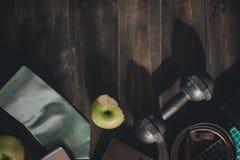 Gesundes aktives Lebensstilkonzept der Männer gesunde Früchte und Active Lizenzfreies Stockbild