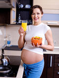 Gesundes Essen für schwangere Frau Stockbilder