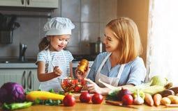 Gesundes Essen Familienmutter und Kindermädchen, das vegetaria vorbereitet stockbild